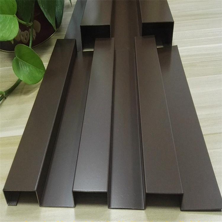 弧型木纹铝方通天花供应商 木纹型材铝方通吊顶安装工价 展厅吊顶棕色铝方通格栅装修效果示例图5