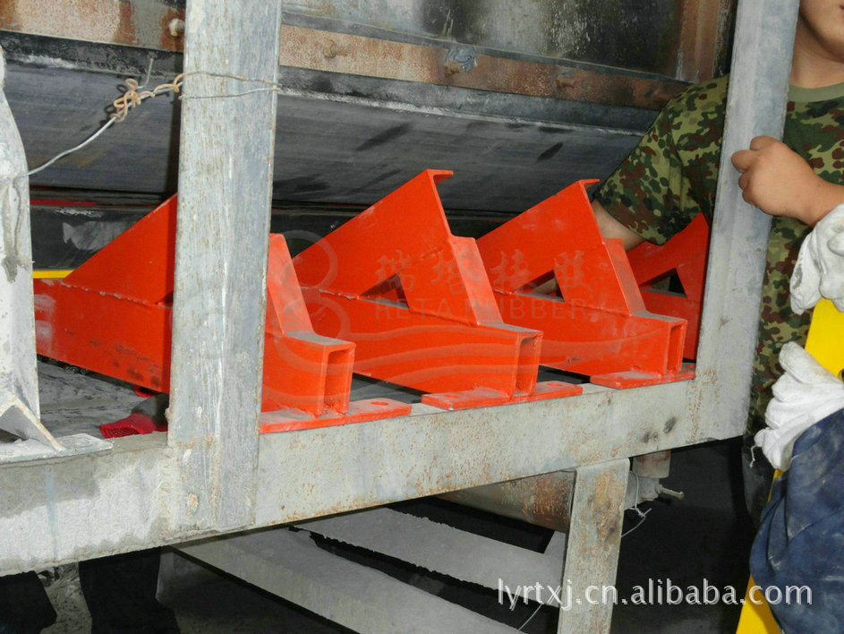 缓冲床在带式输送机上的应用 防物料洒落缓冲床示例图12