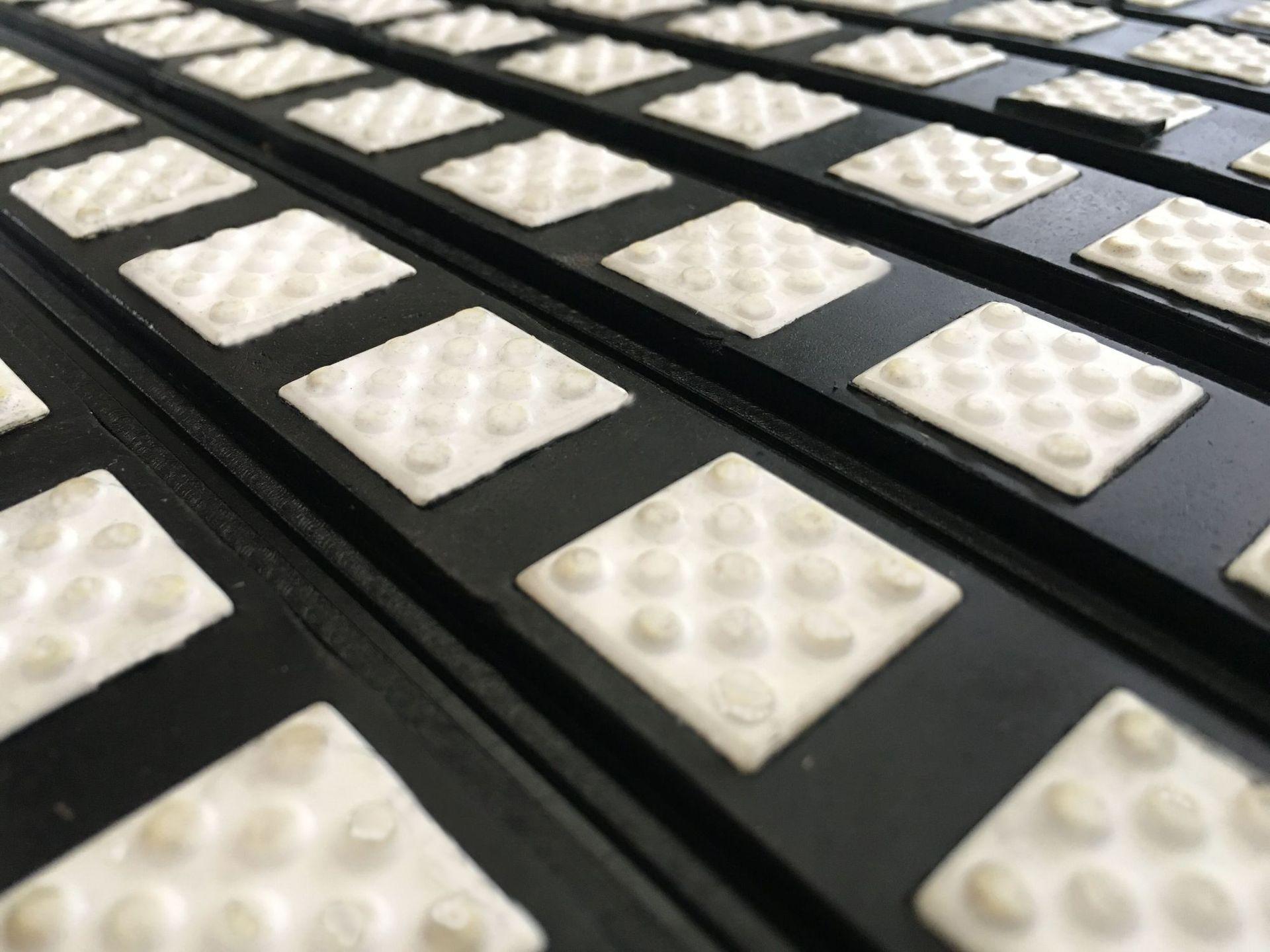 洛阳瑞塔橡胶丨宽500mm带半硫化层陶瓷胶板丨陶瓷包胶现场施工示例图7