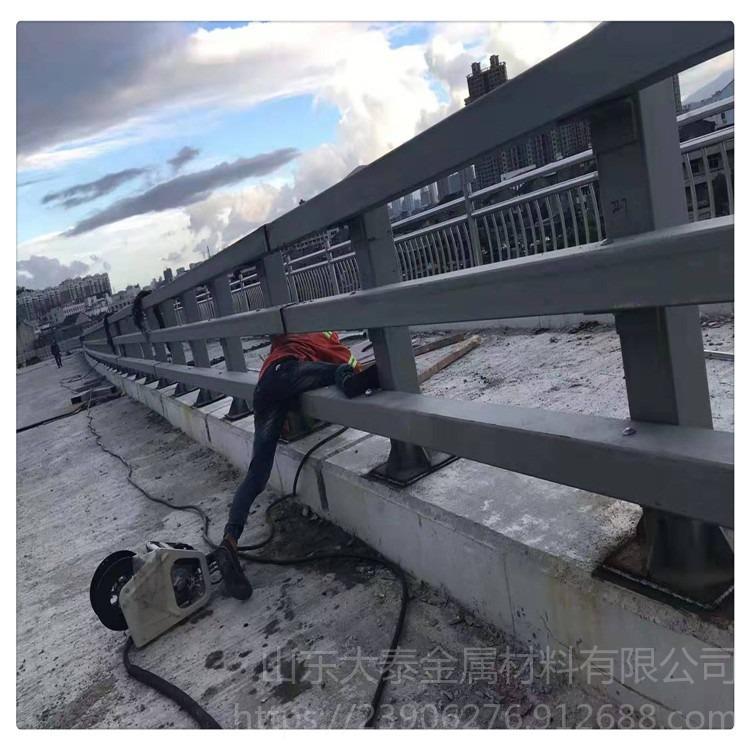 碳鋼噴塑防撞欄桿 湖南快速路防撞護欄 橋梁護欄上新