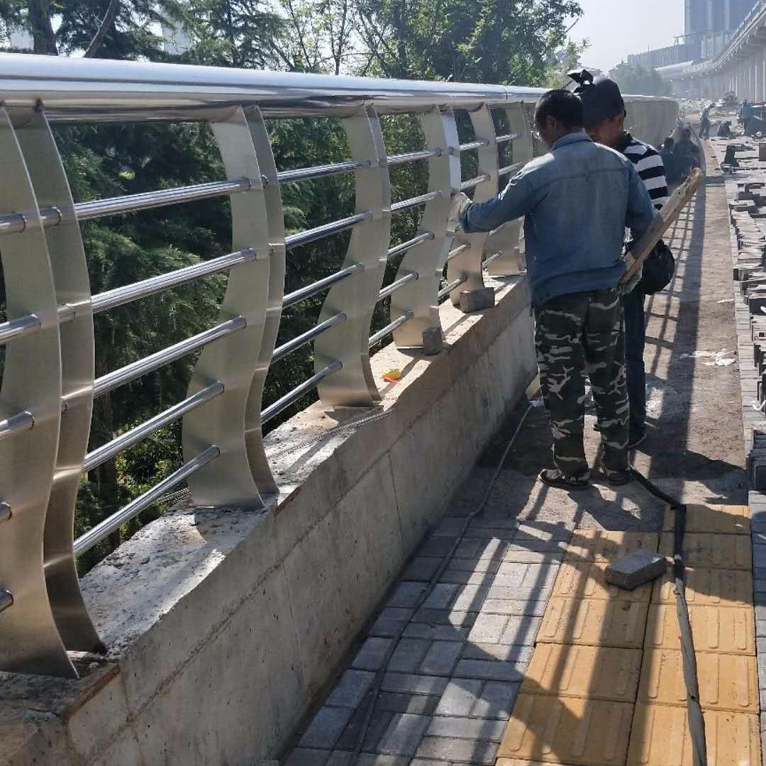 專業生產、制作各種橋梁護欄、不銹鋼復合管護欄、天橋欄桿、聊城亨運不銹鋼復合管護欄廠家 不銹鋼欄桿